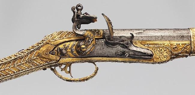 אקדח עתיק מעוטר בזהב