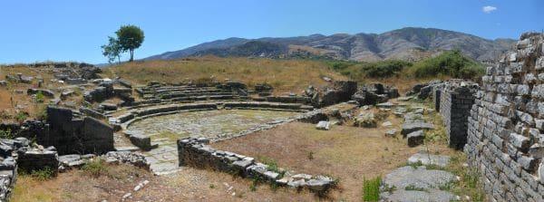 עתיקות אדריאנופוליס על רקע הנוף