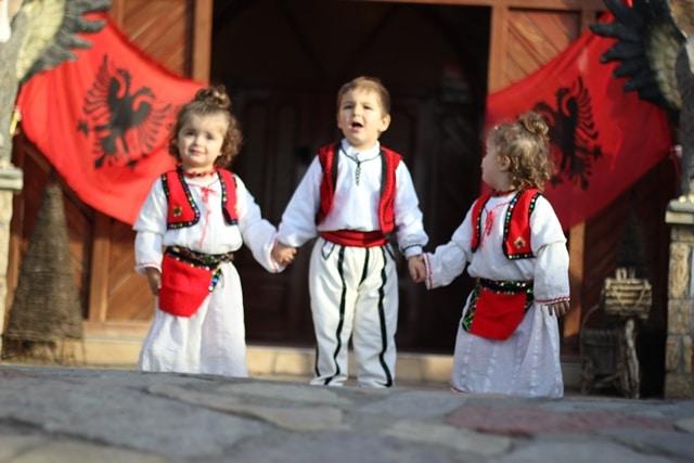 ילדים אלבניים בטקס מסורתי