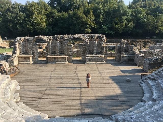 התאטרון הרומי בפארק הארכיאולוגי בבוטרינט