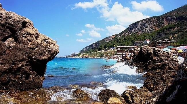 חוף באיזור ולורה - דרום אלבניה
