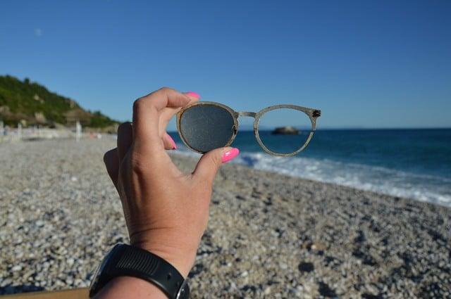 יד מחזיקה משקפיים באחד מחופי אלבניה