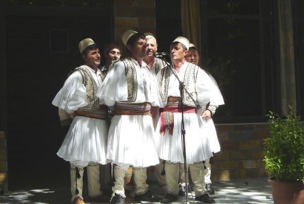 משתתפים בפסטיבל המוזיקה העממית של ג'ירוקסטרה