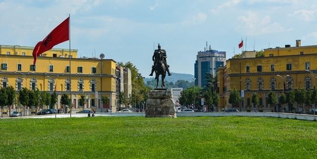 כיכר סקנדרבג - הכיכר המרכזית של טירנה ובמרכזה פסלו של הגיבור האלבני הלאומי רכוב על סוס