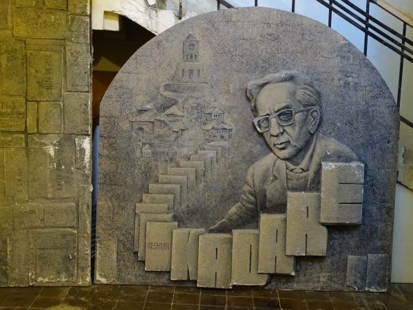 מונומנט לכבודו של אסמעיל קאדרה בעיר ג'ירוקסטרה