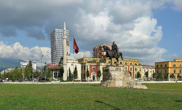 כיכר סקנדרבג (Skanderbeg Square-Sheshi Skënderbej) - הכיכר המרכזית של טירנה