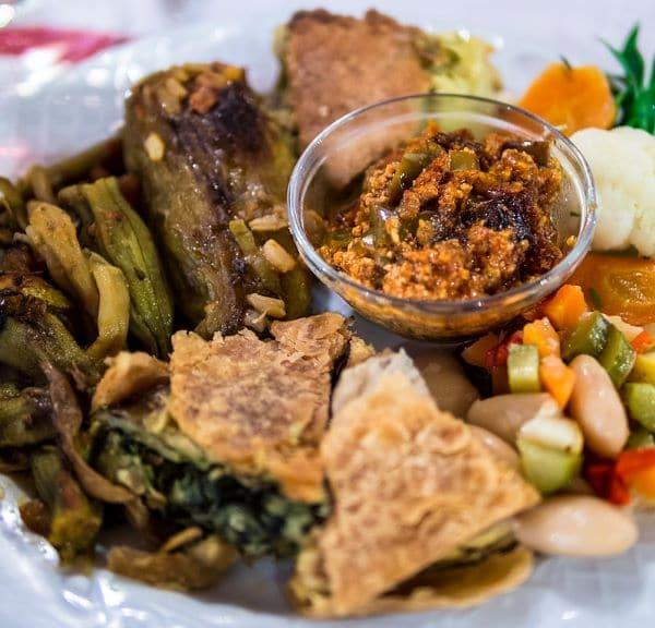 אוכל אלבני טיפוסי במסעדת Edua בג'ירוקסטרה