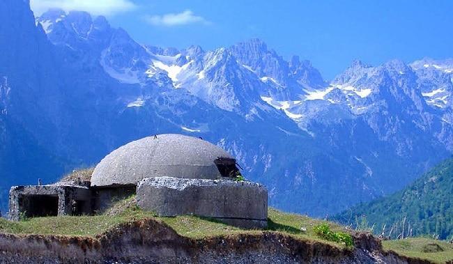 בונקר על רקע האלפים האלבנים