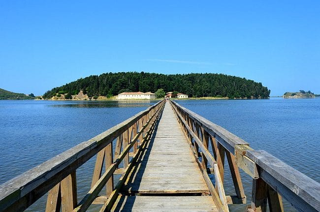 גשר העץ המוביל אל מנזר Zvernec שעל האי בלגונת נרטה