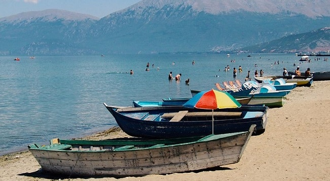 החוף בעיר פוגרדץ אלבניה