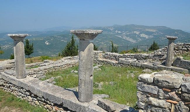 שרידי הקתדרלה מהמאה הרביעית לספירה בעיר העתיקה ביליס Byllis