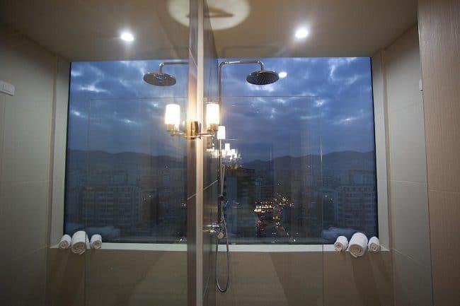 חדר המקלחת בחדר שלנו במלון לה בוהם