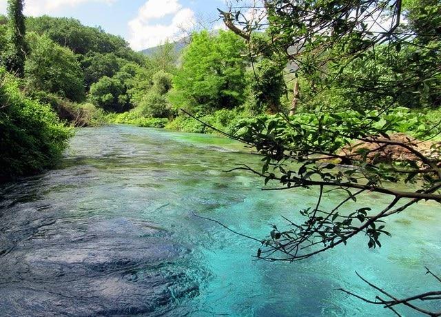 מעין העין הכחולה ליד סרנדה בדרום אלבניה - Syri i Kaltër