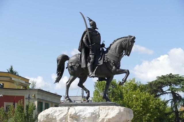 פסל סקנדרבג בכיכר סקנדרבג