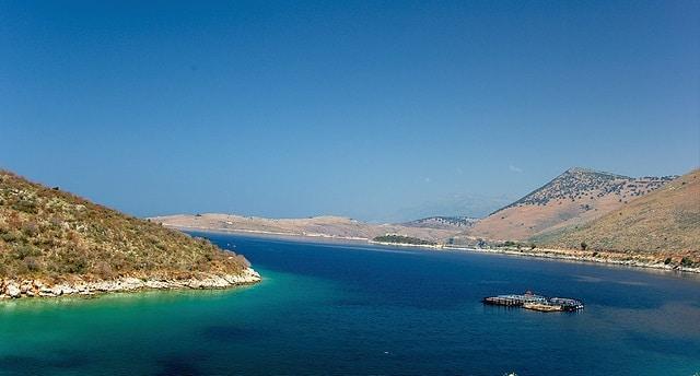 חוף טיפוסי בעיר הימרה אלבניה