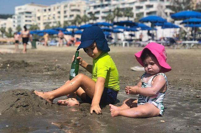 הילדים נהנים על חוף הים בוולורה