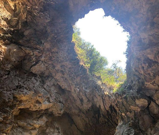 המערה בין בין דרמה לג׳יפה (shpella e pirateve )