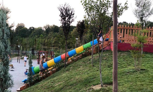 מגלשה בגינת המשפחות בפארק הגדול בטיראנה