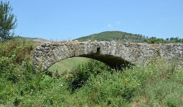 דרך ויה אגנטיה ליד פקין שבאלבניה