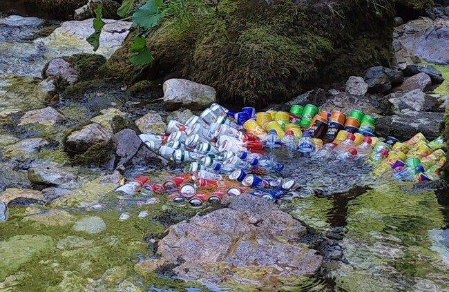 המים כאן בטמפרטורה של 7 מעלות מה שמביא את הקיוסקים שבצד הדרך לקרר את השתייה בדרך טבעית - צילום - משפחת בן שדה