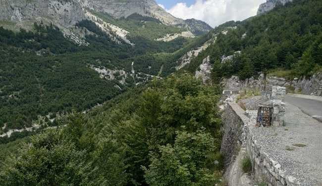 כביש טיפוסי באיזור האלפים האלבנים - צילום - משפחת בן שדה