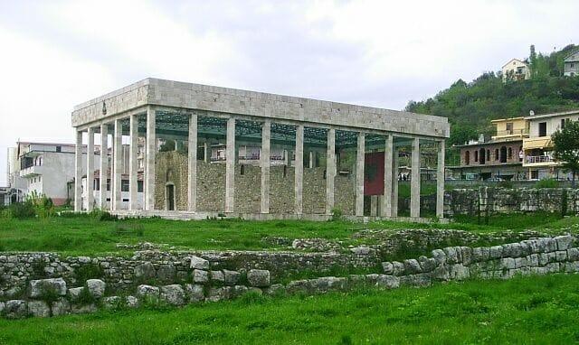 לז'ה - שרידי הכנסייה בתוך המאוזוליאום