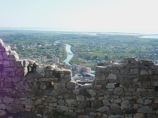 מבט מטירת לז'ה אל שפך נהר הדרין