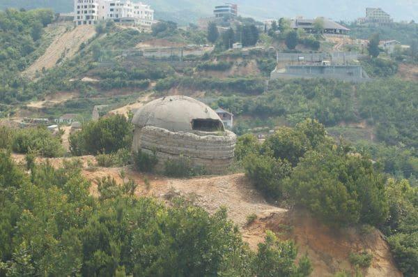 אחד מאלפי הבונקרים באלבניה