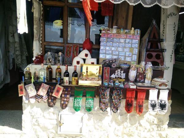 מזכרות אלבניות שנמכרות בחנות