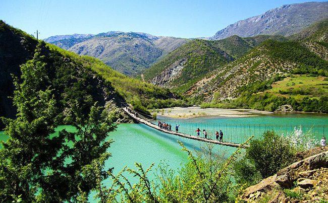 גשר החבלים על אגם Ulëz