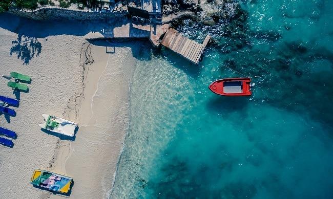 סירה אדומה בקסמיל אלבניה