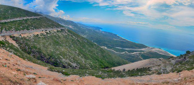 נוף הריביירה האלבנית שנשקף ממעבר לוגארה